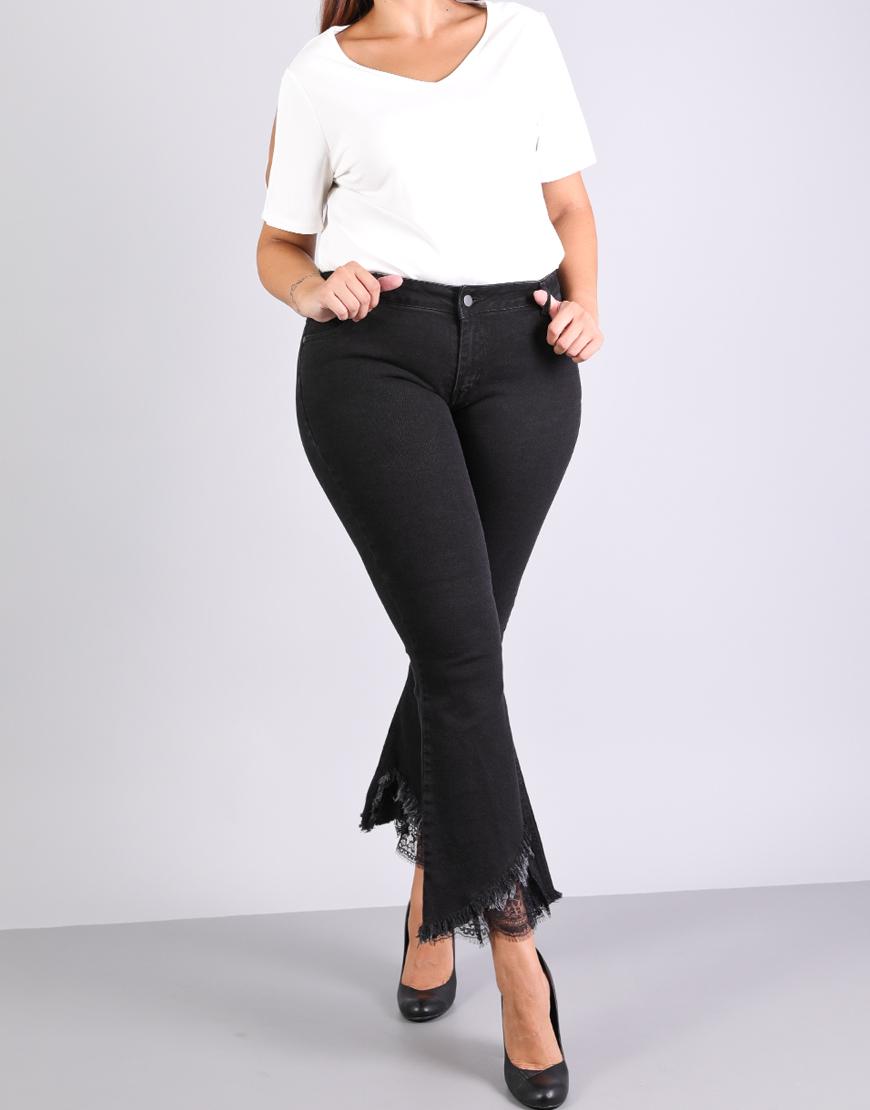 bb2013b74910 Παντελόνι τζιν για μεγάλα μεγέθη με δαντέλα και ξέφτια στον ποδόγυρο.Το  παντελόνι έχει στενή