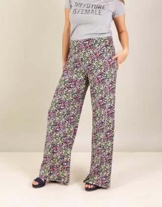 Παντελόνα σε φλοράλ ζέρσεϊ.Το μοντέλο φοράει  MΎψος μοντέλου  178 cm 03eb145e58e