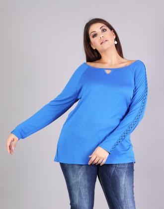 Μπλούζα για μεγάλα μεγέθη σε ζέρσεϊ με πλεκτή δαντέλα στα μανίκια.Το  μοντέλο φοράει  113f3c18277