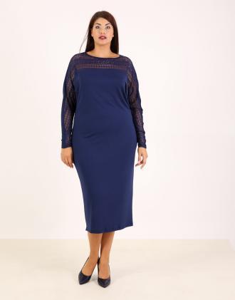 dc927f22a522 Φόρεμα για μεγάλα μεγέθη με δαντέλα και νυχτερίδα μανίκι σε ελαστικό ζέρσεϊ.Το  μοντέλο φοράει