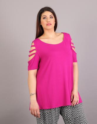 Μπλούζα για μεγάλα μεγέθη με ανοίγματα στους ώμους σε ελαστικό ζέρσεϊ.Το  μοντέλο φοράει  b19710dc562