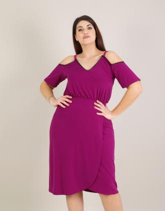 8d1c4bdf2bbc Έξωμο φόρεμα για μεγάλα μεγέθη με τρέσα από δαντέλα σε ελαστικό ζέρσεϊ.Το  μοντέλο φοράει