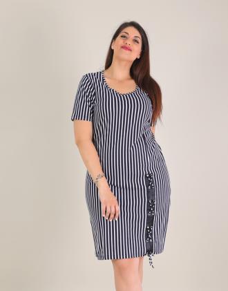 d99ad24c6588 Ριγέ βαμβακερό φόρεμα για μεγάλα μεγέθη με χιαστί λεπτομέρεια.Το μοντέλο  φοράει  XLΎψος μοντέλου