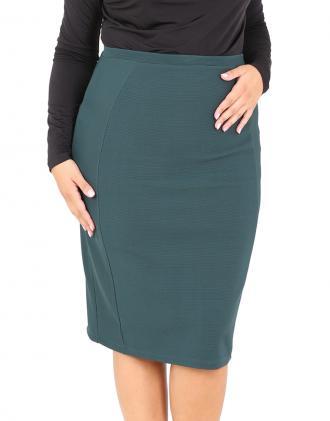 2243c323efcb Ανάγλυφη ζακάρ πένσιλ φούστα για μεγάλα μεγέθη με φερμουάρ στο κέντρο  πίσω.Το μοντέλο φοράει