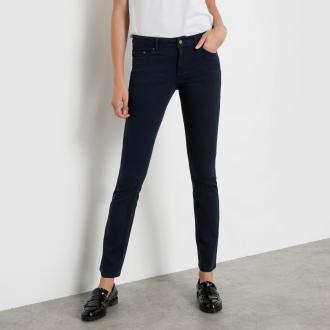Ελαστικό βαμβακερό παντελόνι με 5 τσέπες. Σε ίσια γραμμή. Κλείνει με  φερμουάρ και κουμπί a5c593457f1
