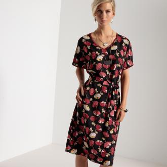 335a3262ab71 Εμπριμέ κοντομάνικο φόρεμα από μαλακό ύφασμα με χυτή εφαρμογή. Ιδιαίτερα  κομψό