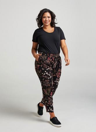f895009eeaff Ανάλαφρο παντελόνι από μαλακή βισκόζη με λάστιχο στην μέση και πλαινές  τσέπες σε μαύρο χρώμα με