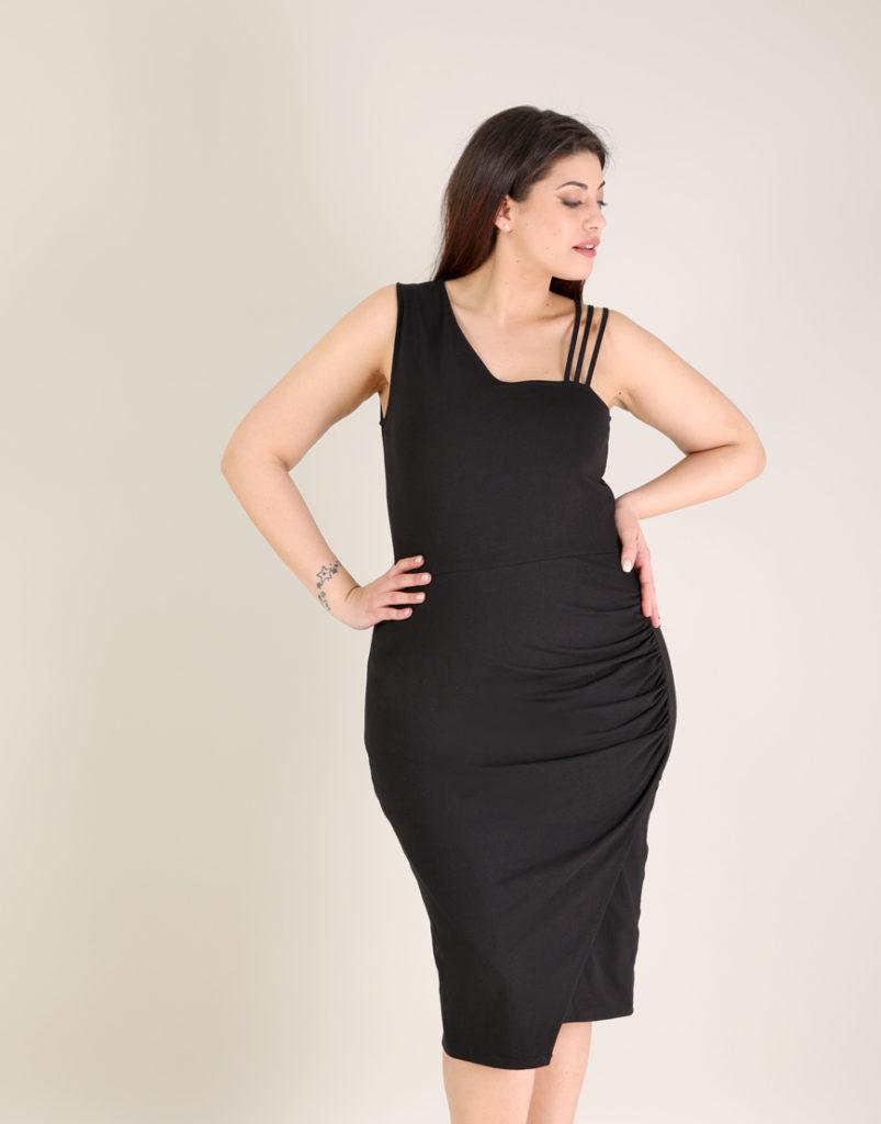 Εφαρμοστό φόρεμα για μεγάλα μεγέθη με σούρα στο πλάι σε ζέρσεϊ. E-xclusive